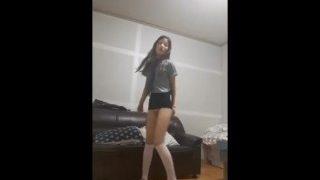 幼幼初中小萝莉热舞自拍,屁股真翘。购更多萝莉视频+QQ 1720863130